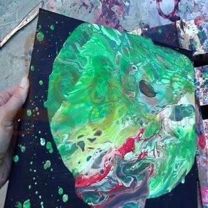 اجرای فلوید آرت با چرخش بوم و حرکت رنگها روی یکدیگر تا رضایت هنرمند تآمین شود